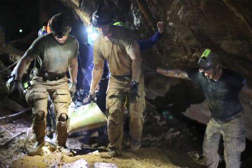 Die Armee veröffentlichte Bilder der Rettungsaktion aus der überfluteten Höhle. Einige der Buben waren während der Rettung in betäubtem Zustand.AFP