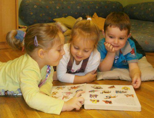 Die Begegnung mit anderen Kindern in ungezwungener Atmosphäre ist ein besonderes Merkmal für Spielgruppen.vn