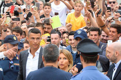 Die Begeisterung in Turin war groß, als sich Cristiano Ronaldo dem Medizincheck unterzog und dann den Vertrag unterschrieb.Reuters