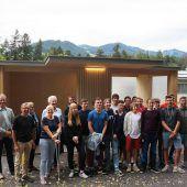 HTL-Schüler bauen Bushaltestelle für Lebenshilfe