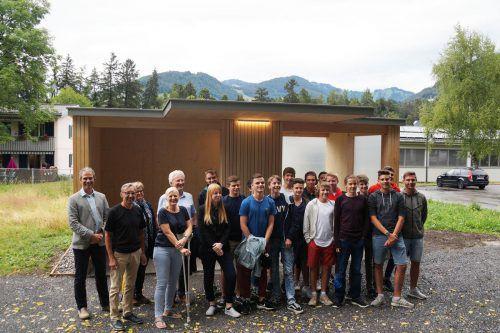 Die beteiligten Schüler und Lehrer sowie Lebenshilfe-Chefin Michaela Wagner-Braito bei der Firstfeier für die Bushaltestelle in Batschuns. Lebenshilfe Vorarlberg