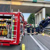 Auto stürzt von Brücke auf Autobahn