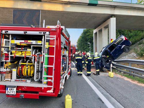 Die Feuerwehr barg das auf der Leitschiene hängen gebliebene Auto. APA/144 Notruf OÖ