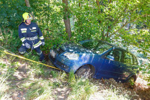 Die Feuerwehr Thüringen verhinderte das weitere Abrutschen des Fahrzeugs und zog es wieder auf die Straße. hofmeister