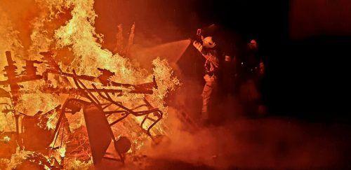 Die Feuerwehr war mit dem Löschen der lodernden Flammen beschäftigt, die aus unbekannter Ursache ausbrachen.Feuerwehr Hohenems