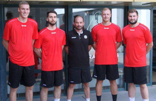 Die fünf Neuzugänge des Alpla HC Hard (v. l.): Theo Surblys, Manuel Schmid, Trainer Klaus Gärtner, Nejc Zmavc und Lukas Schweighofer.HH