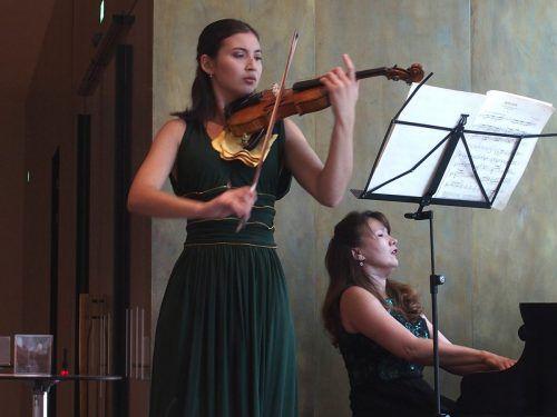 Die Geigerin Elisso Gogibedaschwili begeisterte mit ihrer KlavierbegleiterinNargiza Alimova am Donnerstagmittag das Publikum im Vorarlberg Museum. Fritz Jurmann