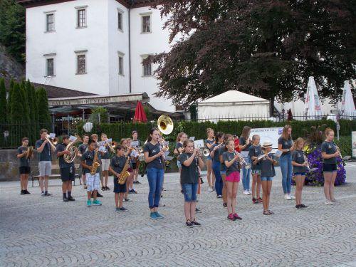 Die Jugendmusik Weiler imponierte den Zuhörern beim Sternaufmarsch in Hohenems. bet