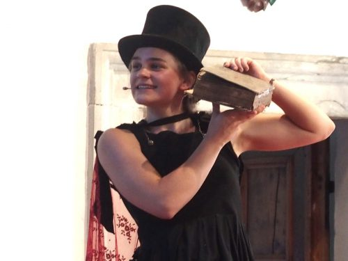 Die junge Schauspielerin Maren Galler übernahm sämtliche Rollen.Jurmann