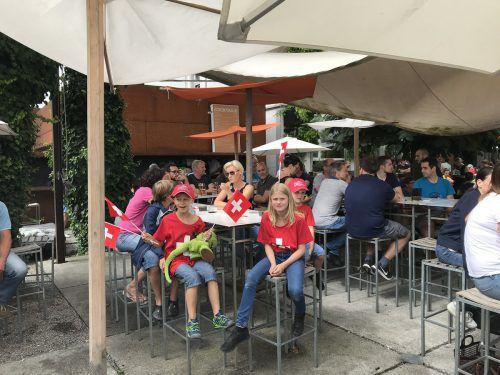 Die jungen Fans im Schweiz-Trikot und mit Fähnchen ausgerüstet beim Public Viewing in Widnau.Hämmerle