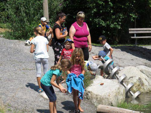 """Die Kinder zeigten sich begeistert vom neuen Spielplatz mit eigenem """"Bächle"""". frastanz/Meier"""