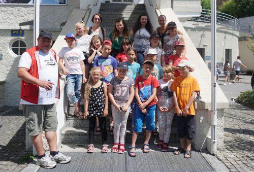 Die kleinen Gäste aus Tschernobyl mit ihren Betreuerinnen vor der Pfänderbahn.