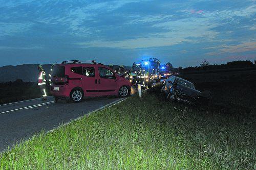 Die Lenker der beiden Fahrzeuge erlitten bei der Kollision am frühen Morgen Verletzungen unbestimmten Grades. feuerwehr Lustenau