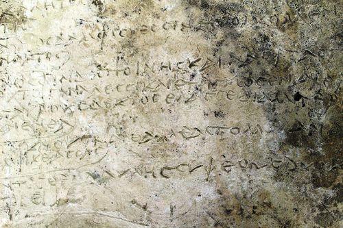 Die Platte wurde bei Ausgrabungen in Olympia gefunden. KULTURMIN. GR