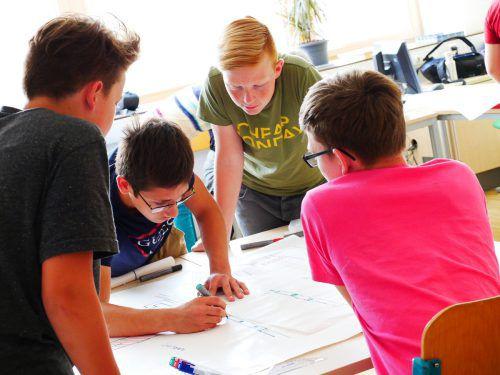 Die Schüler arbeiteten bei der Vorbereitung der Präsentation zusammen. VKO
