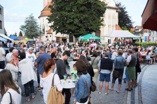"""Die """"Sommer am Kirchplatz""""-Feste in Höchst finden wieder bei freiem Eintritt statt. Gefeiert wird jeweils nur, wenn kein Regen fällt. ajk"""