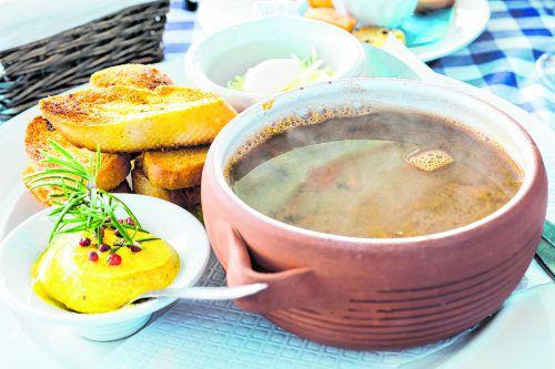 Die Suppe wird mit geröstetem Baguette und einer Rouille-Sauce gereicht.