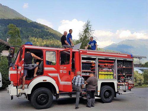 Die Vandanser Feuerwehrler nahmen das neue Einsatzfahrzeug bereits in Augenschein und werden diese Woche eingeschult. OF Vandans