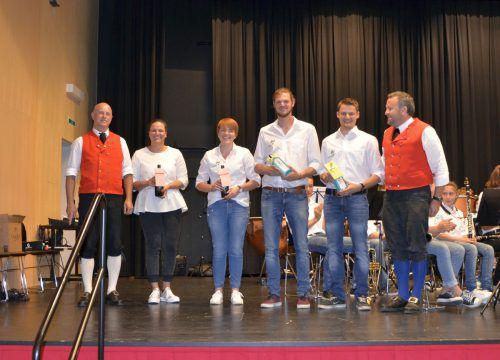 Die Vereinsverantwortlichen überreichten die Leistungsabzeichen an die erfolgreichen Jungmusikanten. mam