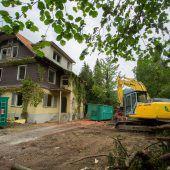 Bagger zerlegen alte Villa