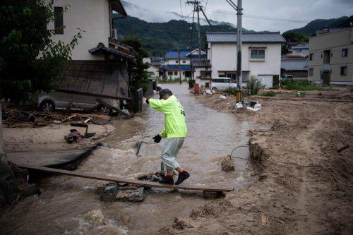 Die Wetterbehörde in Japan warnte vor weiteren Erdrutschen und Hochwasser. afp