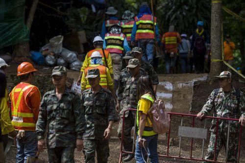 Die Zeit drängt: Unermüdlich stehen die Rettungsteams im Einsatz. AFP