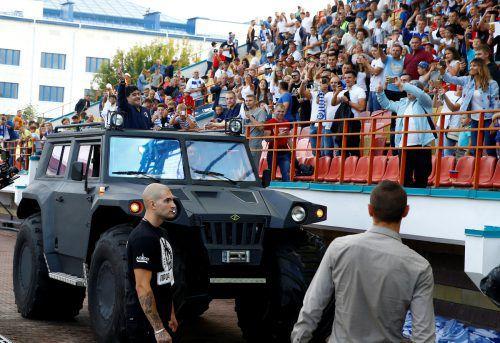 Diego Maradona fährt im Panzerwagen durch das Stadionoval.Reuters