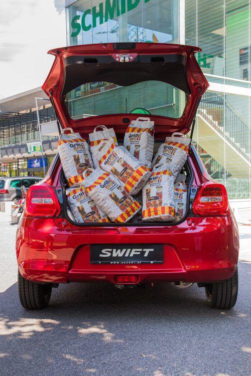 """Diesmal gilt es zu erraten, wie viele Kilo Grillkohle sich im Kofferraum des Suzuki Swift befinden. Zu gewinnen gibt es den Gasgrill """"Napoleon"""" im Wert von 999 Euro. VN/Lerch"""
