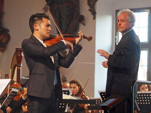 Dirigent Manfred Honeck mit dem aus Taiwan stammenden GeigerRay Chen im Rittersaal des Schlosses in Wolfegg. Helmut Voith
