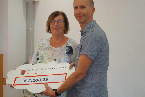 Doris Allgäuer und Markus Burgstaller mit dem Spendenscheck.lbsd