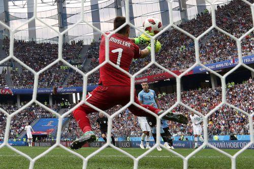 Ein Fehler von Uru-Torhüter Fernando Muslera bedeutete das vorentscheidende 2:0 für die Franzosen durch Griezmann.Reuters