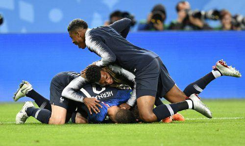 Eine französische Freudentraube nach dem Schlusspfiff. Der Finaleinzug bei der WM in Russland wurde von den Spielern noch am Rasen überschwänglich gefeiert.ap