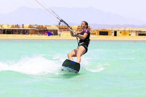 Elisabeth Kappaurer macht beim Kitesurfen eine gute Figur.ösv