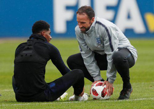 Englands Teamchef Gareth Southgate (r.) im Gespräch mit Marcus Rashford.Reuters