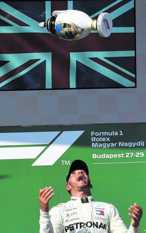 Erleichterung bei Lewis Hamilton nach dem Sieg in Budapest, der Weltmeister geht mit einem 24-Punkte-Vorsprung auf Sebastian Vettel in die Sommerpause.apa