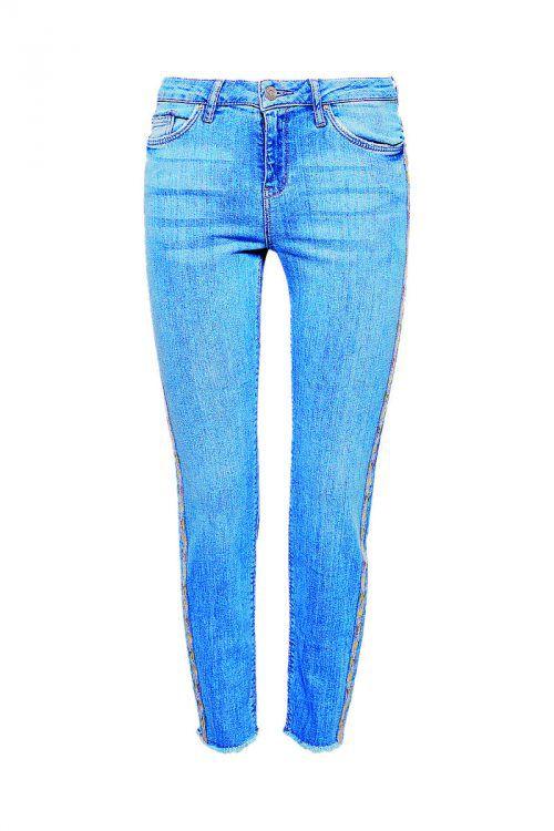 Ethno-Look             Verkürzte Stretch-Jeans mit Ethno-Stickerei mit leicht ausgefransten Beinsäumen. Gibt's bei Esprit um 34,99 Euro.