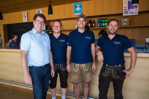 """Feierten mit: Bürgermeister Rainer Duelli (l.) mit Heinz, Mathias und Martin von der Bauernkapelle """"d´Übersaxner""""."""
