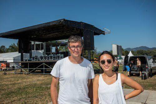 Festival-Chef Hannes Hagen und Kulturmanagerin Isabella Gural sind mit den Fortschritten auf dem Gelände zufrieden. Die Szene-Bühne steht bereits. VN/Steurer