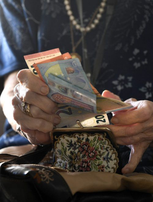 Männer, die 2018 in Pension gingen, erhalten im Schnitt 2270 Euro, Frauen 1290. APA