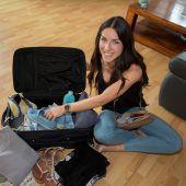 Eine Flugbegleiterin packt aus