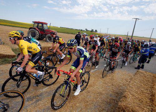 Französische Landwirte taten ihren Unmut kund, versperrten mit Heuballen dem Tour-Tross die Weiterfahrt. Die Etappe wurde neutralisiert, nach zehn Minuten erfolgte ein Neustart.reuters
