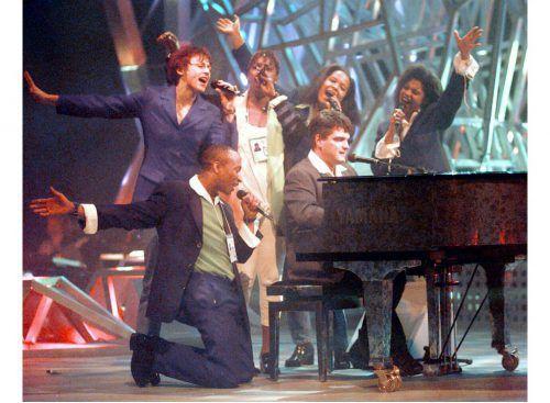 """George Nussbaumer mit seinem Gospelchor beim Eurovision Song Contest in Oslo. Er begeisterte mit """"Weil's dr guoat got"""". APA"""
