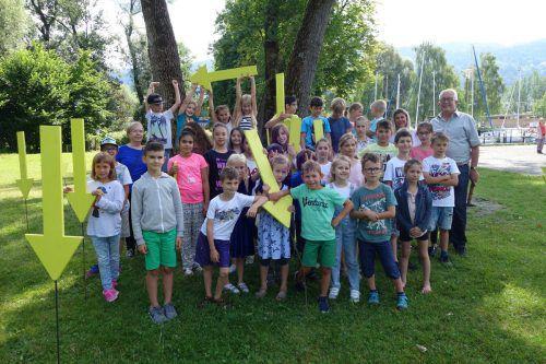 Gerne beteiligten sich die Kinder der Volksschule Lochau mit Bürgermeister Michael Simma an der Müllpfeile-Aktion im Lochauer Schwarzbad. bms