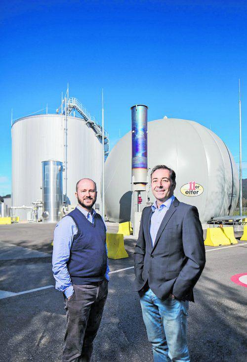 GF Clemens Grabher und Thomas Schwarz (r.) vor neuer Biogasanlage.