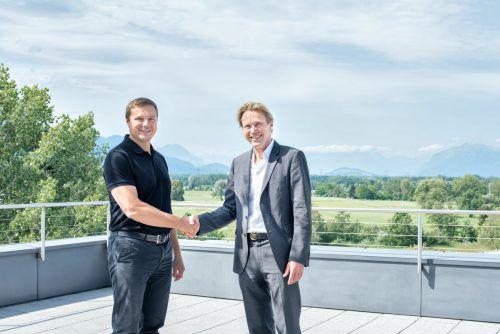 Guntram Meusburger und Roland Schmid (li., Segoni) besiegeln die Übernahme. Firma