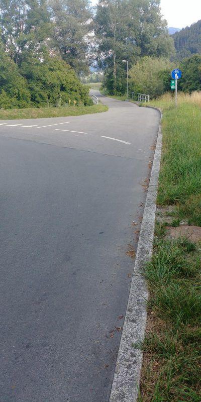 Hier führt der Radweg plötzlich auf eine stark frequentierte Straße. heilmann