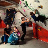 """<p class=""""infozeile"""">               hoch hinaus in der boulderhalle steinblock in rankweil             </p><p class=""""infozeile"""">Fragt man einen Kletterer, was Bouldern ist, wird dieser vermutlich nur schmunzeln, denn das Bouldern ist ein essenzieller Bestandteil des Klettertrainings. Darüber hinaus hat es sich aber längst als eigenständige Sportart etabliert. Durch die relativ niedrigen Kletterwände – bis etwa drei Meter hoch – ist es auch Anfängern möglich, seil- und angstfrei zu klettern. """"Bouldern verbindet Geist und Körper. Es ist die ideale Sportart, um den Alltagsstress hinter sich zu lassen und körperlich fit zu bleiben"""", ist der Geschäftsführer der Boulderhalle Steinblock in Rankweil, Guntram Jörg, überzeugt.</p>"""