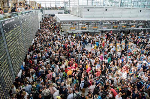 Hunderte Passagiere warteten auch am Sonntag darauf, Flüge umzubuchen oder Informationen über alternative Reisemöglichkeiten zu erhalten. apa