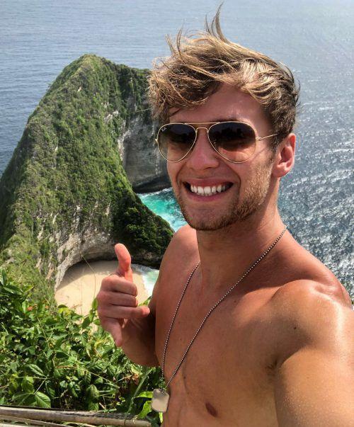 """""""Ich reise sehr viel und liebe es neue Länder und Kulturen kennenzulernen. Mein Urlaub auf Bali war definitiv das Highlight. Die Insel bietet schöne Strände, mystische Tempel, Dschungel, Vulkane und leckeres Essen. Um mich wirklich zu erholen verbringe ich die Zeit allerdings lieber im Ländle. Hier kann ich gemeinsam mit Freunden und Familie richtig abschalten. Simon Mathis (21), Fitness-YouTuber"""