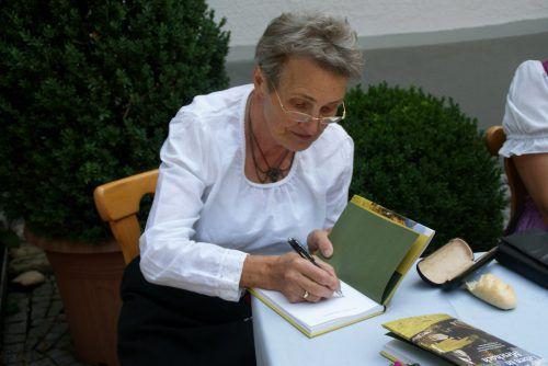 Im Anschluss an die Vorstellung des Buches signierte Christl Lampert einige Exemplare ihres Buches über die Bergparzelle. pezold